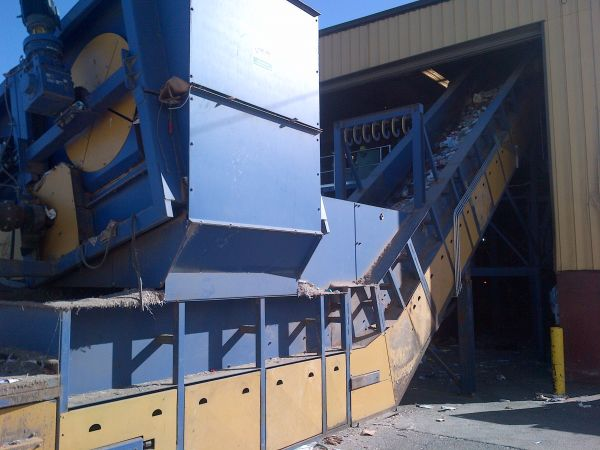 33An apron conveyor elevates the material from the metering drum to the pre-sort conveyor